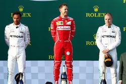 Podio: ganador de la carrera Sebastian Vettel, Ferrari, segundo lugar tercer lugar de Lewis Hamilton, Mercedes AMG F1, Valtteri Bottas, Mercedes AMG F1