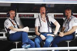 Paddy Lowe, directeur technique, Williams Formula 1, Rob Smedley, directeur de la performance, Williams, sur le muret des stands
