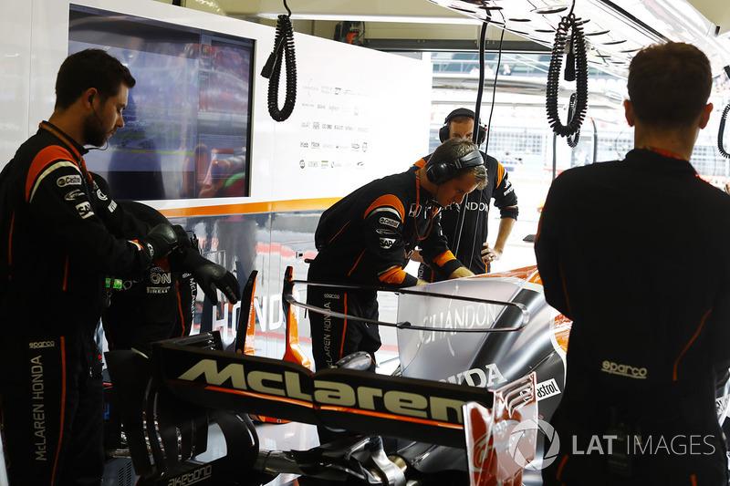 Команда McLaren працює із McLaren MCL32 Фернандо Алонсо