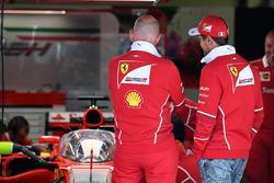 """Sebastian Vettel, Ferrari Ferrari SF70H """"Kalkan"""" kokpit koruma sistemini inceliyor"""