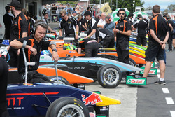 Atmosphere in the pitlane