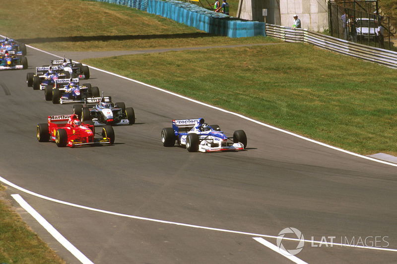 Деймон Хілл (Arrows A18 Yamaha), Едді Ірвайн (Ferrari F310B) і Міка Хаккінен (McLaren MP4/12 Mercedes)