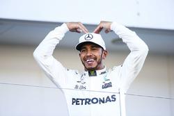 Il vincitore della gara Lewis Hamilton, Mercedes AMG F1 con il Mobot