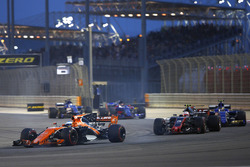 Фернандо Алонсо, McLaren MCL32, Кевин Магнуссен, Haas F1 VF-17, и Паскаль Верляйн, Sauber C36