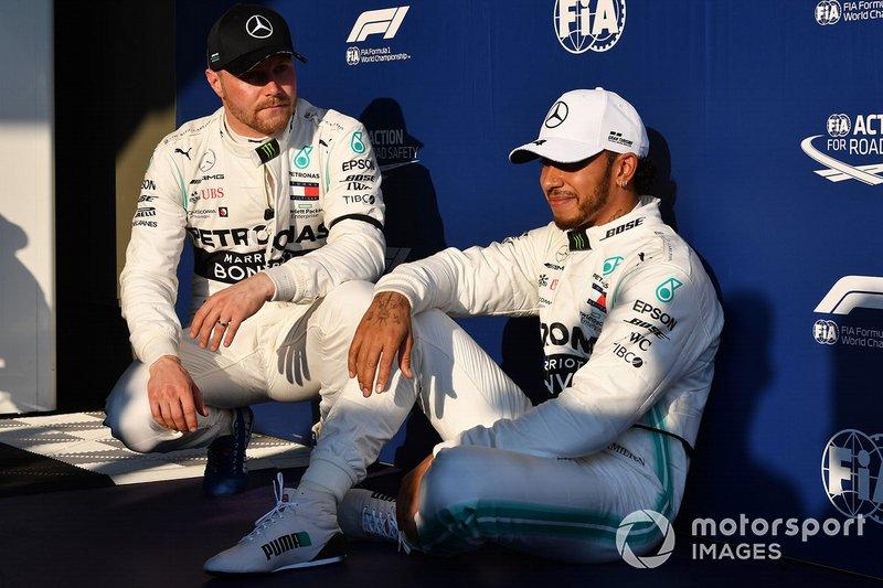 I piloti della prima fila, Valtteri Bottas, Mercedes AMG F1, ed il poleman Lewis Hamilton, Mercedes AMG F1