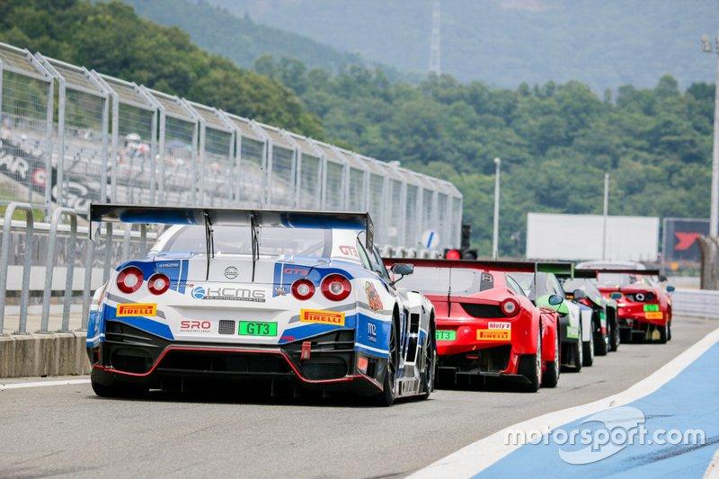 Mobil-mobil GT3 berbaris di pit lane