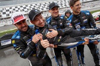 #10 Wayne Taylor Racing Cadillac DPi: Renger Van Der Zande, Jordan Taylor, Fernando Alonso, Kamui Kobayashi, fêtent la victoire