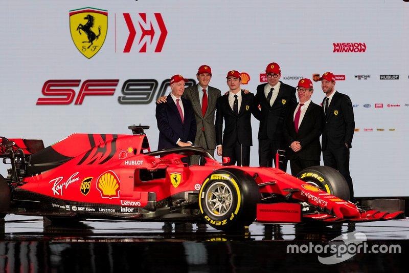 Гонщики Ferrari Шарль Леклер и Себастьян Феттель в окружении команды