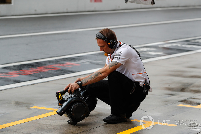 Mekanik McLaren memegang pendingin rem