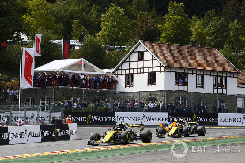 Nico Hulkenberg, Renault Sport F1 Team R.S. 18, Carlos Sainz Jr., Renault Sport F1 Team R.S. 18, y Stoffel Vandoorne, McLaren MCL33