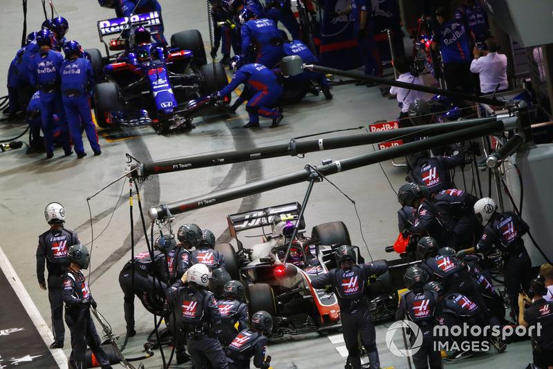 Kevin Magnussen, Haas F1 Team VF-18, e Brendon Hartley, Toro Rosso STR13, effettuno un pit stop