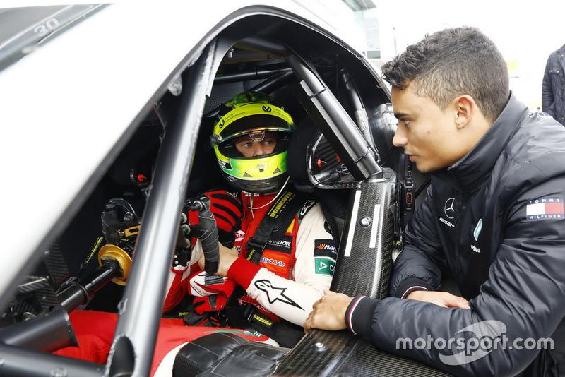 Mick Schumacher di dalam Mercedes-AMG C63 DTM, mendengarkan arahan Pascal Wehrlein