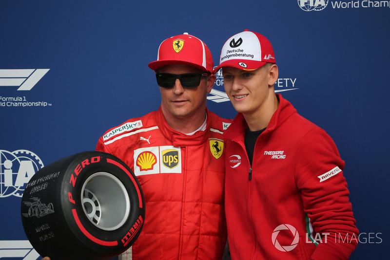 Мік Шумахер вручає нагороду Pirelli Pole Position Award Кімі Райкконену (Ferrari)