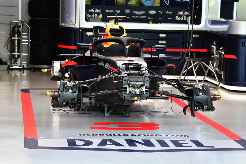 Red Bull Racing RB14 a garázsban