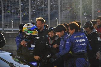 スーパーGTグランドファイナルを勝利し、喜ぶ#100 RAYBRIG NSX-GTの面々
