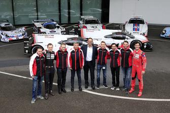 Foto de grupo del equipo Porsche con el Porsche 919 Hybrid Evo