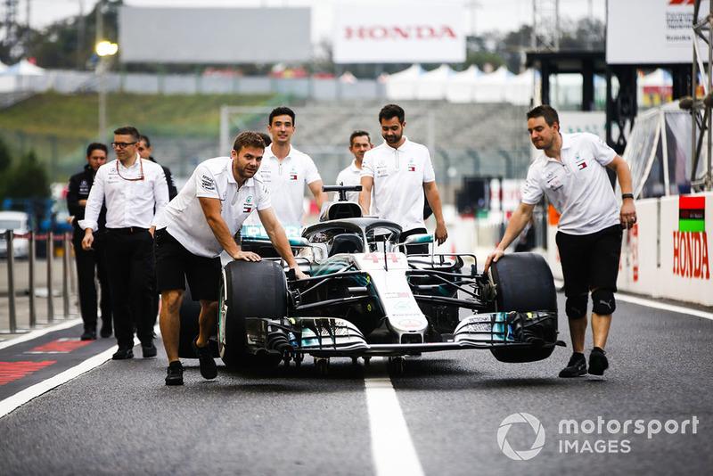 La Mercedes AMG F1 W09 EQ Power+ di Lewis Hamilton viene condotta alle verifiche