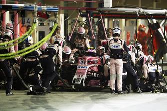 Esteban Ocon, Racing Point Force India VJM11, makes a pit stop