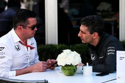 Eric Boullier, McLaren Racing Director con Andrea Stella, McLaren ingeniero de carrera