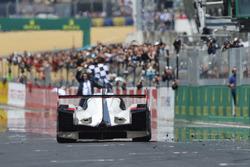 #2 Porsche Team Porsche 919 Hybrid: Timo Bernhard, Earl Bamber, Brendon Hartley remporte la course