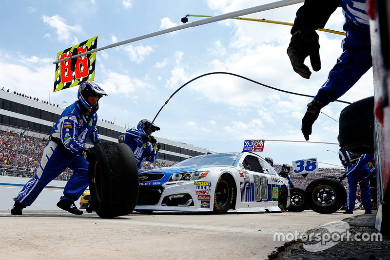 6. Dale Earnhardt Jr., Hendrick Motorsports Chevrolet, acción en el pitstop