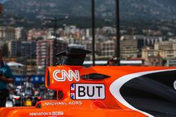La voiture de Jenson Button, McLaren MCL32, dans l'allée des stands