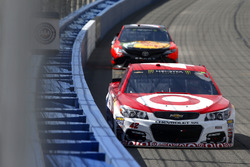 Kyle Larson, Chip Ganassi Racing Chevrolet precede Martin Truex Jr., Furniture Row Racing Toyota