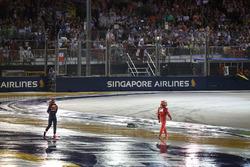 Max Verstappen, Red Bull Racing e Kimi Raikkonen, Ferrari dopo l'incidente alla partenza