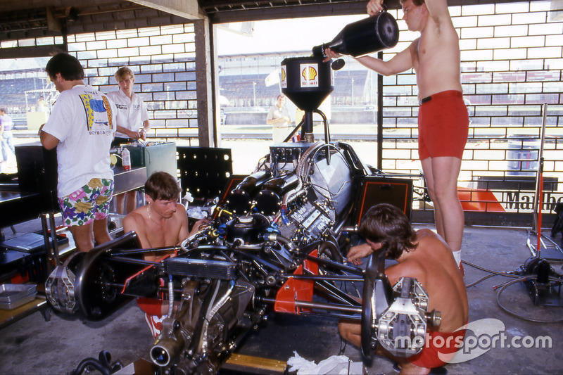 Giorgio Piola con Alain Prost, McLaren MP4/2 coche en GP de Brasil de 1984