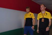 Тест-пилот Renault Sport F1 Сергей Сироткин и операционный директор Renault Sport F1 Team Алан Пермейн