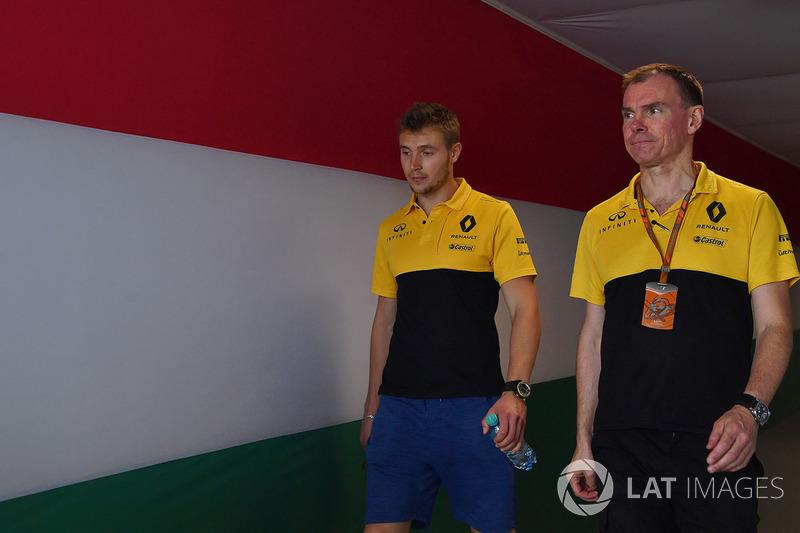 Sergey Sirotkin, Renault Sport F1 Team RS17 piloot de prueba y Alan Permane, Renault Sport F1 Team R