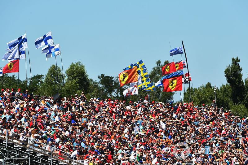 Уболівальники та прапори