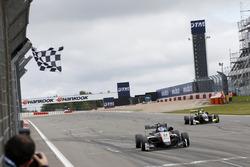 Checkered flag Jake Hughes, Hitech Grand Prix, Dallara F317 - Mercedes-Benz