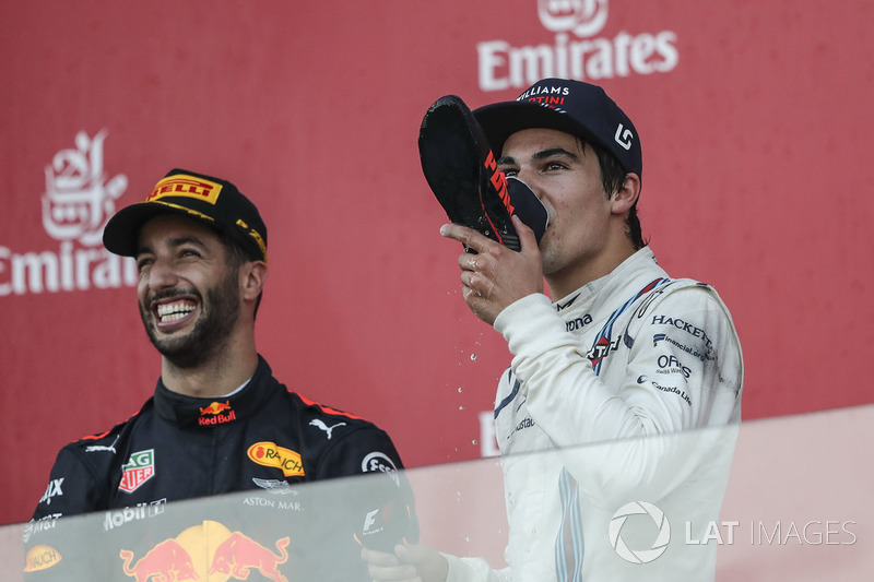 Lance Stroll, Williams fête son podium avec Daniel Ricciardo, Red Bull Racing en faisant un shoey