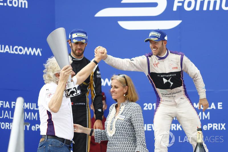 Sir Richard Branson celebra con Sam Bird, DS Virgin Racing en el podum