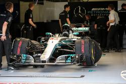 La voiture de Lewis Hamilton, Mercedes-Benz F1 W08 dans le garage