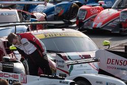 Andreas Seidl, Team Principal Porsche Team miran el  Toyota Racing Toyota TS050 Hybrid