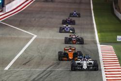 Lance Stroll, Williams FW40, Fernando Alonso, McLaren MCL32, Kevin Magnussen, Haas F1 Team VF-17 Ferrari