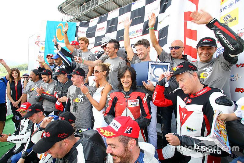 Alex de Angelis et Lucio Cecchinello avec les pilotes de la course handisport