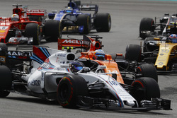 Lance Stroll, Williams FW40, en lutte avec Fernando Alonso, McLaren MCL32, Sebastian Vettel, Ferrari SF70H