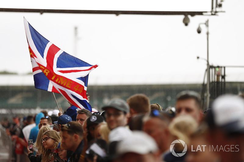 Уболівальник Льюіса Хемілтона, Mercedes AMG F1, з прапором