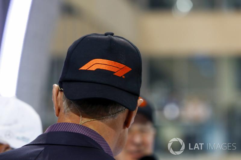 David Coulthard con el nuevo logo en su gorra