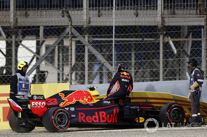 Max Verstappen, Red Bull Racing RB14 Tag Heuer, percute le mur