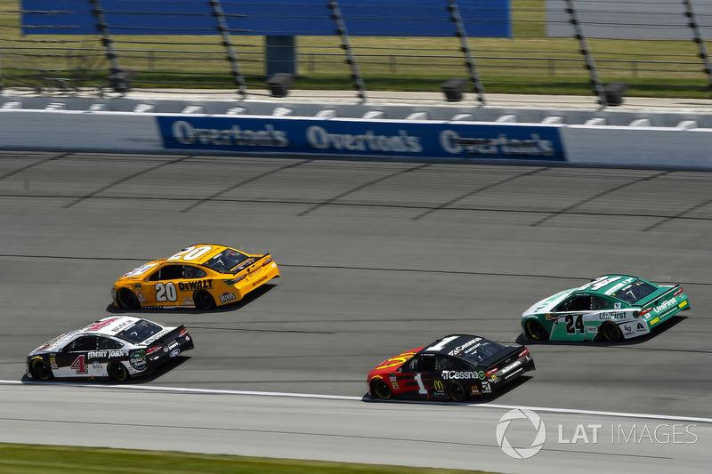 Kevin Harvick, Stewart-Haas Racing, Ford Fusion Jimmy John's Kickin' Ranch ed Erik Jones, Joe Gibbs Racing, Toyota Camry DeWalt