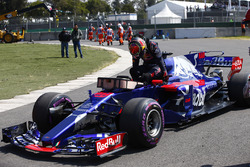 Brendon Hartley, Scuderia Toro Rosso STR12, encounters a technical problem in qualifying and climbs out of his car