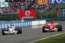 Nick Heidfeld, BMW Sauber F1.06 lotta con Michael Schumacher, Ferrari 248 F1