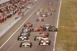 Stefan Johansson, Ferrari F186 se cruza por completo después de golpear con Philippe Alliot, Ligier JS27 Renault al inicio y a punto de golpear a Teo Fabi, Benetton B186 BMW