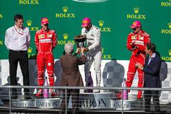 Podyum: Eski Birleşik Devletler Başkanı Bill Clinton ve yarış galibi Lewis Hamilton, Mercedes AMG F1, 2. Sebastian Vettel, Ferrari, James Allison, Mercedes AMG F1 Teknik Direkötrü ve 3. Kimi Raikkonen, Ferrari