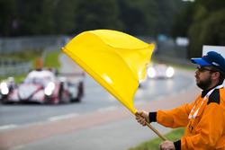 Un commissaire agite le drapeau jaune