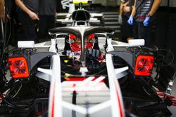 Kevin Magnussen, Haas F1 Team VF-18 Ferrari, en el garaje